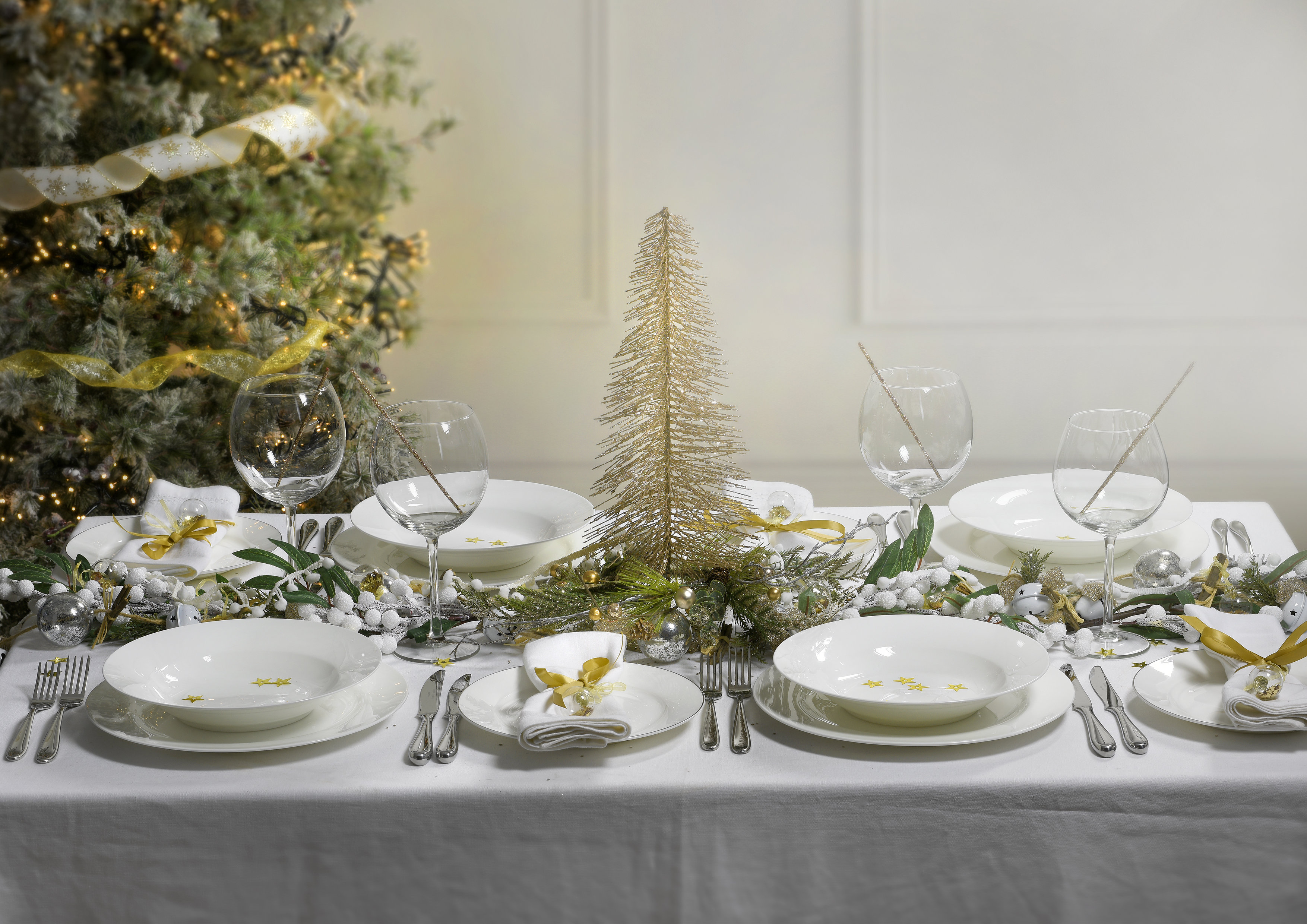 Christmas Table Ideas Using White Tableware